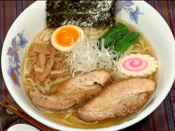 Finally, sprinkle on the pepper and enjoy the seven toppings with the savory ramen broth!