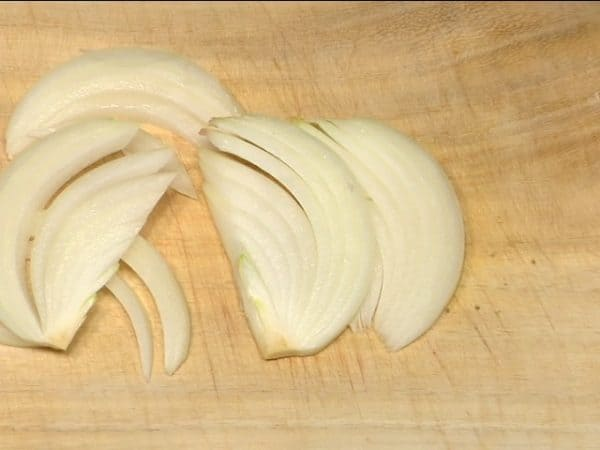 "Slice the onion into 5mm (0.2"") slices."