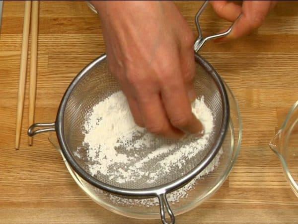 Let's prepare tempura batter for kakiage. Sift the tempura flour into a bowl.