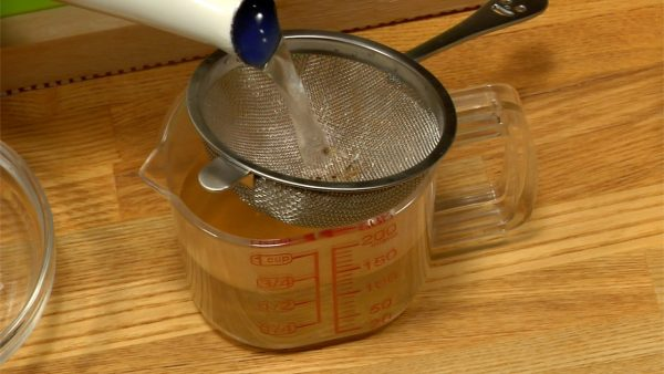 Nu gör vi buljongen för att mixa degen till bullarna. Häll räkvätskan i en sil. Tillsätt shiitakevätskan. Häll i hett vatten så mängden är 130ml (0.55 cups).