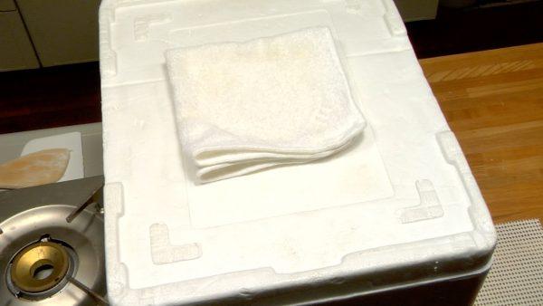 Låt skålen sitta i vattenbadet i cirka 30 minuter. Om du inte har en frigolitlåda, täck skålen, och håll degen varm tills den dubblat sin storlek.