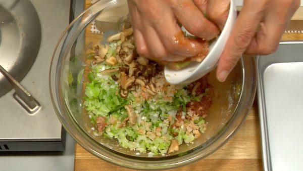 Tillsätt kålen, vårlöken, ingefäran, shiitake och räkorna och mixa jämnt.