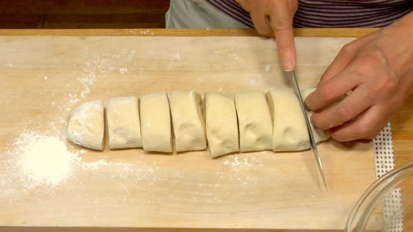 Placera degen på en mjölat yta och kavla den till en cylinder. Skär i 8 lika bitar.