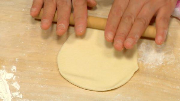 Nu ska vi linda köttmixen men deg. Placera den lena sidan av degen på ytan och pressa ner den med din handflata. Kavla ut degen med kavel tills diametern är cirka 10cm (4'').