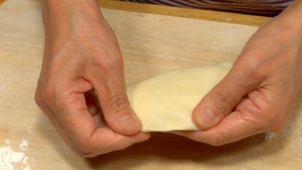 Nyp kanterna av degen för att reducera tjockleken.