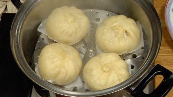När vattnet kokar, reducera värmen. Ånga i 15 minuter till och stäng av spisen.