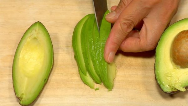 Peel the avocado and cut it into thin slices.