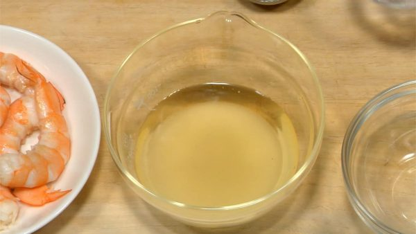 Let's make sushi vinegar. Add sugar and salt to the measured vinegar. Stir until completely dissolved.