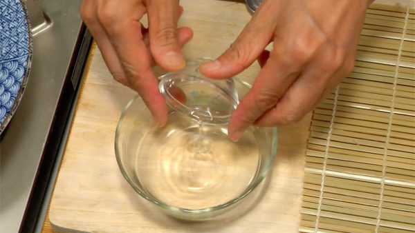 First, let's make Futomaki Sushi. Add vinegar to water and stir.