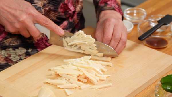 Cut the slices into strips. The inside of the bamboo shoot has numerous chambers. Detach the slices along the chamber walls. Then, cut them into 5mm strips again.