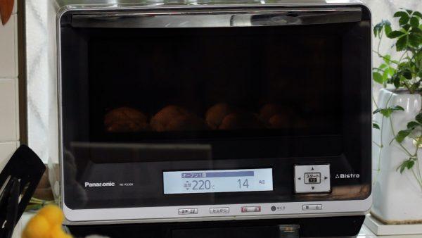 220℃になったら素早く庫内に入れ、温度を200℃に下げて12〜13分焼きます。