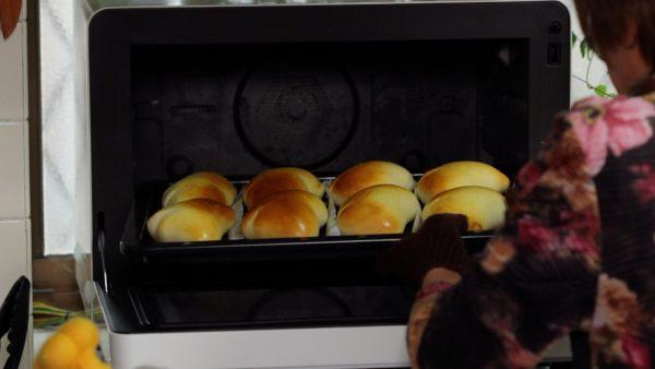 ただこのオーブン使用した場合、均一に焼き色をつけることが難しかったため、途中で天板の前後を入れ替えたり、早く焼き色が付いた部分にオーブンシートをかぶせたりしました。そのため今回温度を下げずに焼きましたが、一般的には200℃で焼くことが多いです。