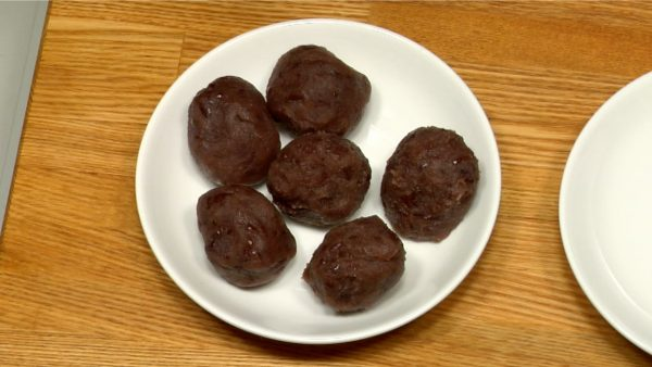Split the premade anko in half. Get 3 pieces from each half and shape them into balls. You will have 6 anko balls in total.