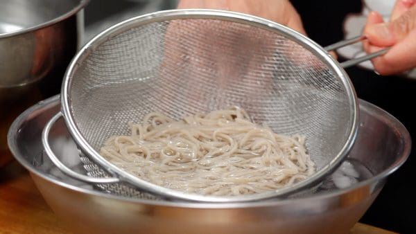 Next, place the soba into a bowl of ice water. Chilling in ice water will give the noodles a very refreshing texture.