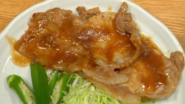 Serve the pork shogayaki on the plate along with the shredded cabbage and okras. Finally, pour the remaining ginger sauce.