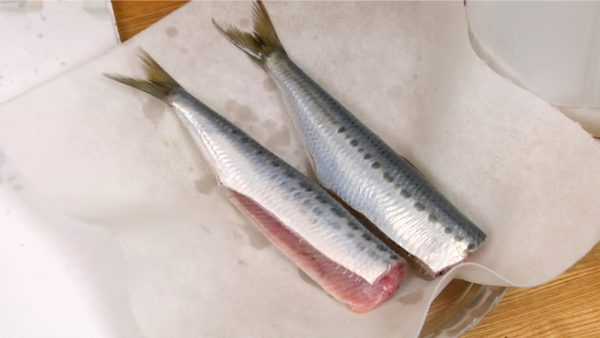 Place the sardines onto a plate and thoroughly remove the excess water with paper towels.