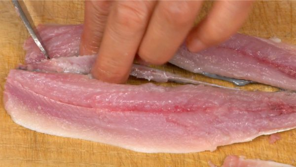 To remove this, cut out the middle of the fillets lengthwise with the knife.