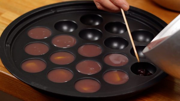 Likewise, pour the mixture over the candied beans and fill the rest of the takoyaki molds.