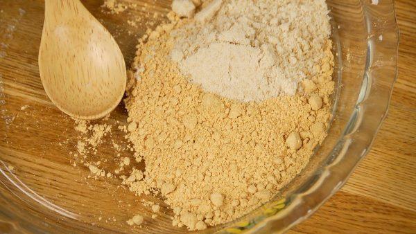 まず表面にまぶすものを準備をしましょう。きな粉と砂糖を合わせてよく混ぜます。