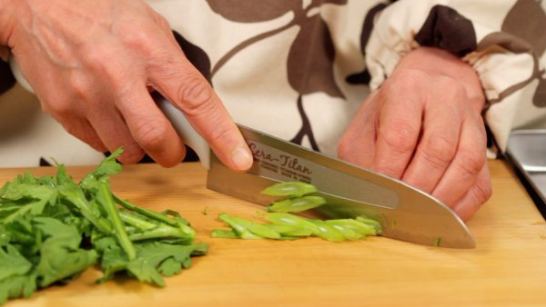 If the stalk is soft, thinly slice it using diagonal cuts so that you can also use it in this recipe.