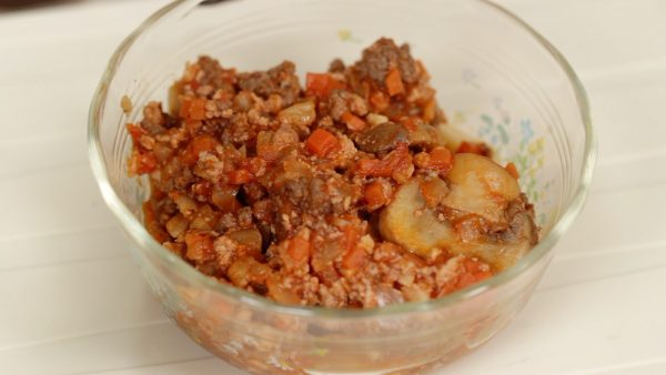 This homemade meat sauce has tofu and lots of vegetables. If you are interested, check out our previous meat sauce video.