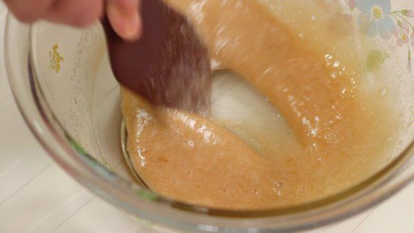 擦り付けるようにして砂糖を溶かして下さい。泡立てる必要はありません。