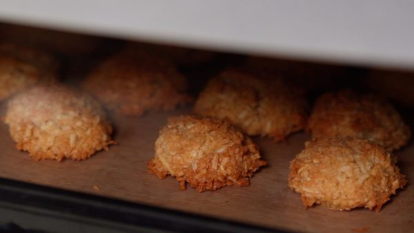Then, allow them to sit in the oven until cool. This will help the macaroons to have a crispy texture.