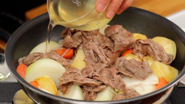 Distribute the saved beef onto the potato. Pour over the dashi stock.