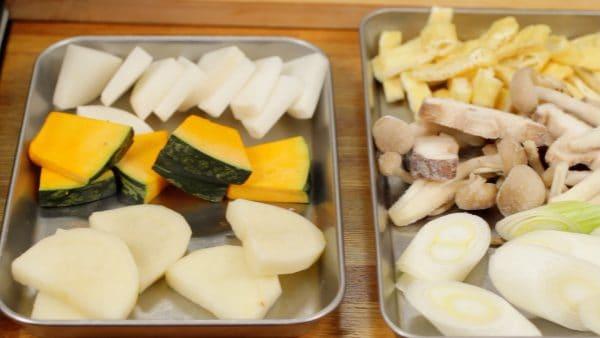 A burgonyát, tököt, retket és a póréhagymát vágjuk centis szeletekre.