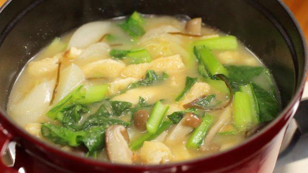 Ha nem csak egy féle miso áll rendelkezésedre, mindenképp próbáld ki a kettő kombinációját, ezzel még finomabbá téve a levest.