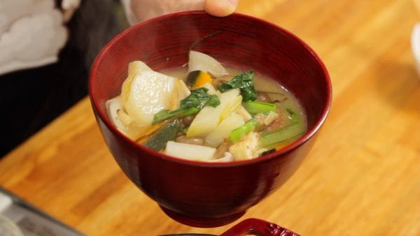 Turn off the burner and ladle the ingredients along with the savory broth into a bowl.