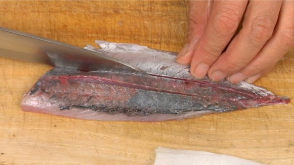 Finally, cut the fillets into sashimi pieces. Make two shallow cuts lengthwise in the fillet.
