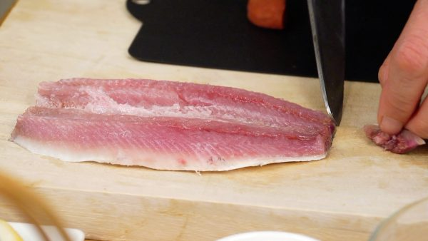 First, let's prepare the sardine fillet. With a paper towel, remove the excess moisture thoroughly. Remove the tail fin.