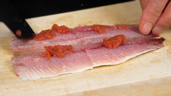 Cover the sardines with the umeboshi paste evenly.