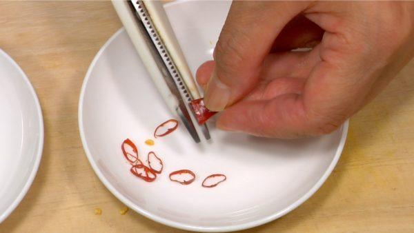 赤唐辛子は半分に切り、たたいて種を出し、輪切りにします。