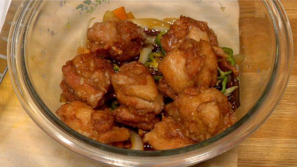 肉が熱いうちに南蛮酢に移します。