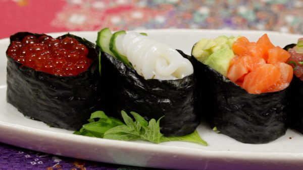 Place the 5 kinds of gunkanmaki onto a plate.