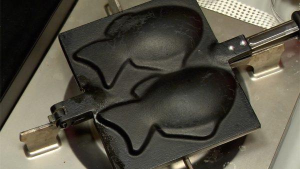 たい焼きを作りましょう。たい焼きの鉄器の両面を軽く熱します。