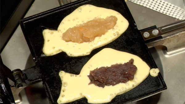 Place the white bean paste and packaged red bean paste in each batter.