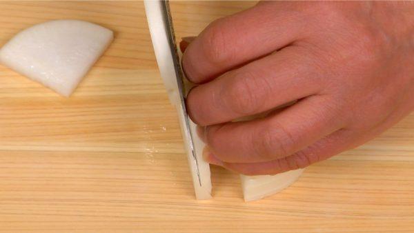 大根は縦に4等分にし、5mm厚さに切ります。