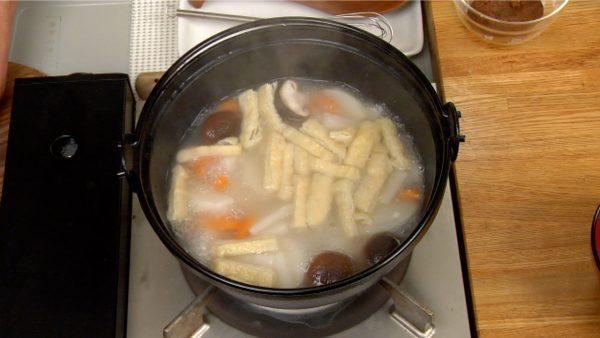 野菜が柔らかくなったら鍋からだし汁を取り出し、みそに加えます。