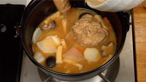 さあ、納豆の入れ時です。思い切って鍋に戻します。再び火をつけます。