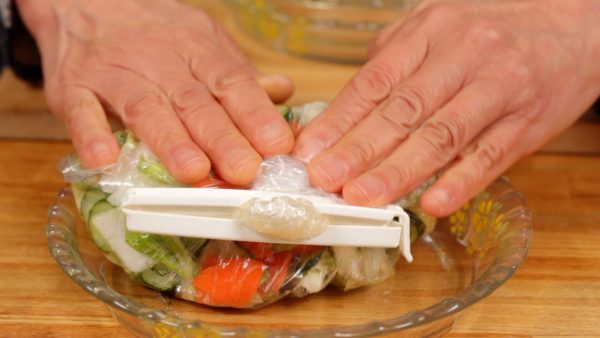 Now, remove the air inside and close the mouth of the bag with a kitchen clip.