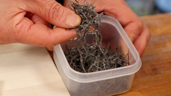 Let's prepare the shredded kombu seaweed to add an umami flavor to the asazuke pickles.