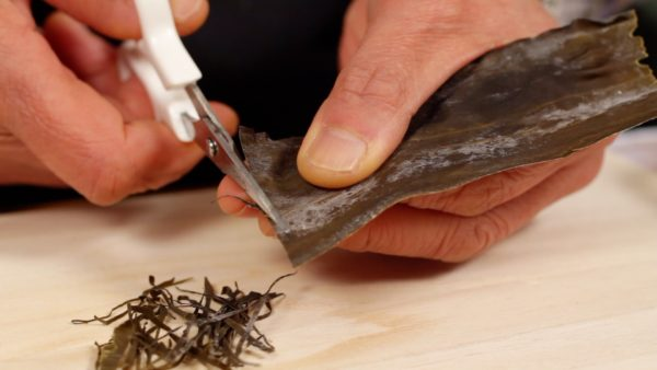 Cut the dashi kombu seaweed as thin as possible like shown. Prepare a generous amount of shredded kombu to make the asazuke more delicious.