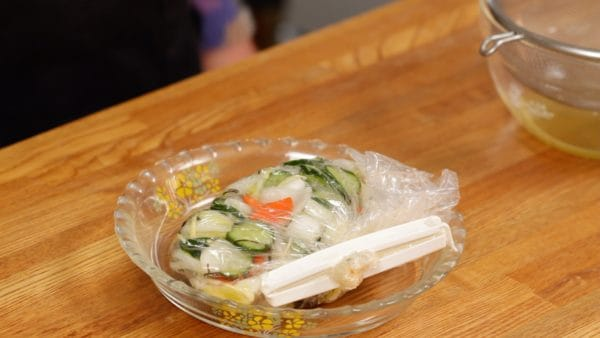 Remove the air and close the bag. Let the vegetables absorb the umami flavor from the kombu seaweed. You can enjoy the asazuke after about 30 minutes.